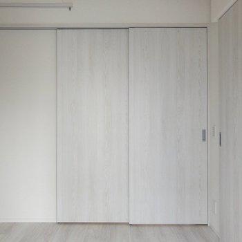 左側上にピクチャーレール。※写真は2階の同間取り別部屋のものです