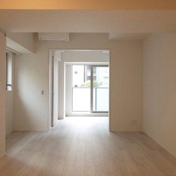 ドアを開けると開放的になります。※写真は2階の同間取り別部屋のものです