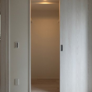 ドアはスライド式。※写真は2階の同間取り別部屋のものです