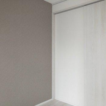 アクセントクロスはグレー。※写真は2階の同間取り別部屋のものです