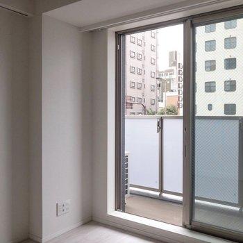 左手にはウォークインクローゼット。※写真は2階の同間取り別部屋のものです