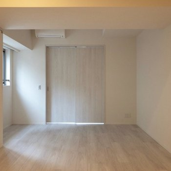4人用のダイニングテーブルを置くことができる広さ。※写真は2階の同間取り別部屋のものです