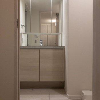 脱衣所として使える広さ。※写真は2階の同間取り別部屋のものです