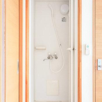 お風呂はシャワーでささっと。近くに温泉もありますよ。