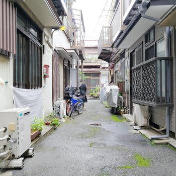 玄関は閑静な住宅街の中に。
