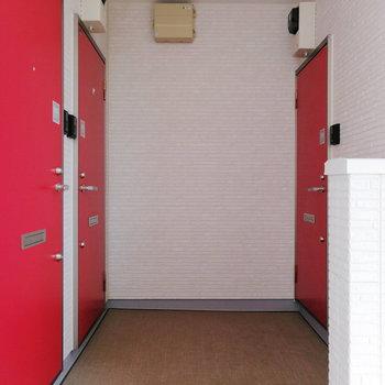 玄関は赤色でポップ!