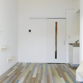 白い壁でお部屋は明るい雰囲気。