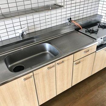 左右にスペースがあってお料理しやすそう!お皿洗ったあとは上の棚に置いちゃおう。(※写真は3階の反転間取り角部屋、補修前のものです)