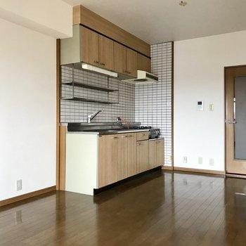このキッチンの色が「家庭」って感じ。(※写真は3階の反転間取り角部屋、補修前のものです)
