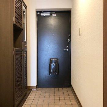 玄関、ほっこり。傘を置くスペースもありますよ。(※写真は3階の反転間取り角部屋、補修前のものです)