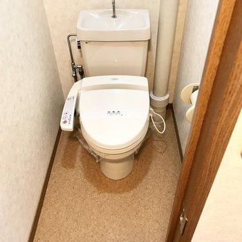 トイレにも上部収納付き!(※写真は3階の反転間取り角部屋、補修前のものです)