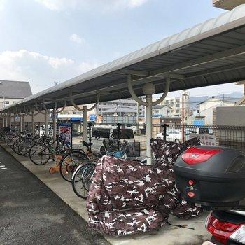 駐輪場は屋根付き。自転車も濡れにくいんです。