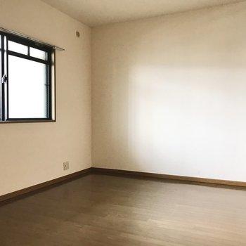 玄関側の洋室は完全個室。夫婦の寝室にぴったりですね。もちろんテレビ線もありますよ。(※写真は3階の反転間取り角部屋、補修前のものです)