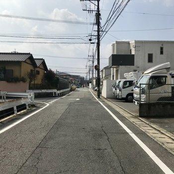 前の前はこんな道。住宅街なんです。