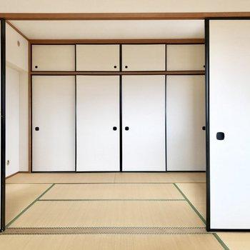和室は隣に続く。(※写真は3階の反転間取り角部屋、補修前のものです)