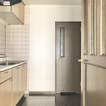キッチンもゆったり〜、奥の扉はサニタリーへと続いています。