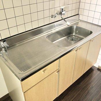 シンク広めのキッチンは洗い物が捗るぞ〜!