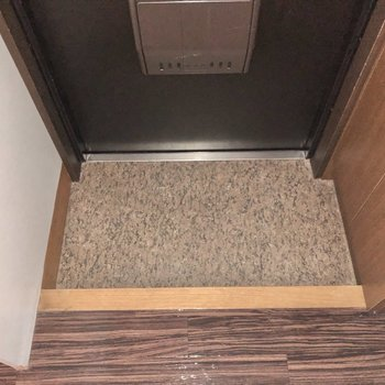 玄関は少しコンパクト。(※写真はフラッシュを使用しています。)