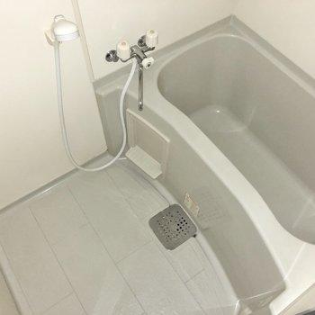 お風呂の浴槽は程よいサイズ感。(※写真はフラッシュを使用しています。)