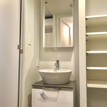 隣の棚に歯ブラシやコンタクトを置いておくと、忙しい朝に便利