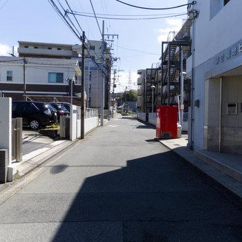大きな通りからやや入ったところにあります。