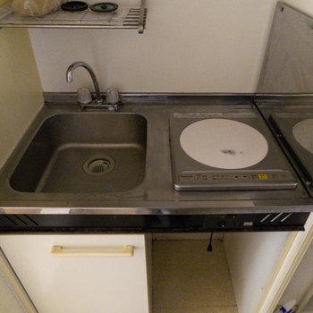 キッチンは最小限。一口の冷蔵庫を買わないとね。※写真は通電前のものです