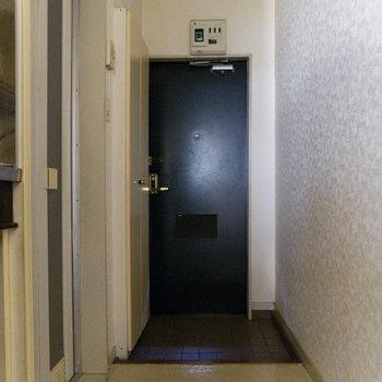 居室から玄関を見るとこう。コンパクトに纏まっています。※写真は通電前のものです