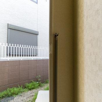 細長い窓はこれで開閉可能。脚立不要です。※写真は通電前のものです