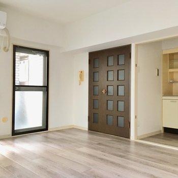 エアコン・ミニ冷蔵庫はお部屋に付いてきますよ。