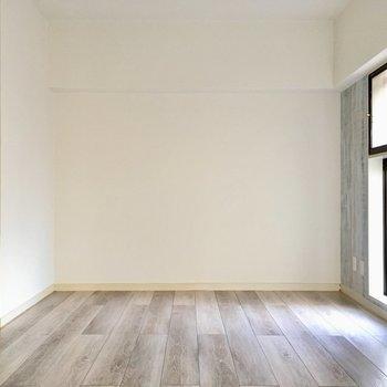 壁側にソファ、窓に近くにテレビを置こうかな?