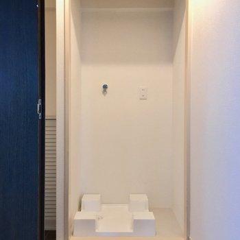 玄関の横に洗濯機置場。気になる方は、突っ張り棒にカーテンで隠しちゃいましょ!