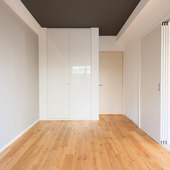 引き戸で仕切られる居室も7.5帖と広々