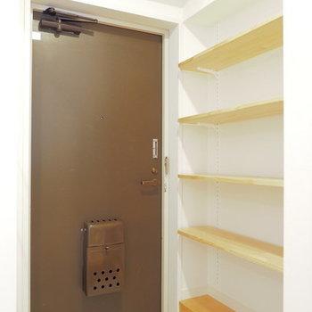 【イメージ】玄関は白タイルに、可動棚を設置します