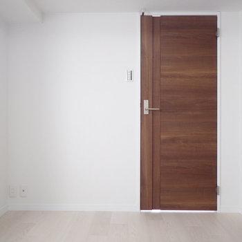 お部屋の雰囲気をきゅっと抑えるシックな色味のドア。