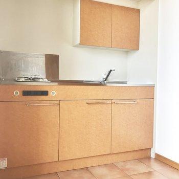 キッチンはまるで家具の一部のような雰囲気◎ テラコッタ風のフロアもかわいい!(※写真は同間取り11階の別部屋のものです)