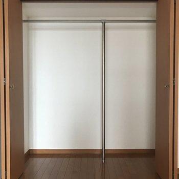 クローゼットはここだけですが、大きめサイズなので十分かな。(※写真は同間取り11階の別部屋,清掃前のものです)
