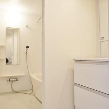 サニタリーはホワイトな空間!※写真は2階同間取り別部屋のものです