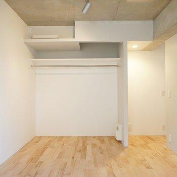 【洋室】収納の扉もありません。※写真は2階同間取り別部屋のものです