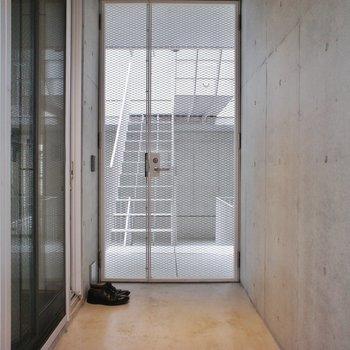 玄関にテラス!!自転車とか置いちゃおう。※写真は2階同間取り別部屋のものです