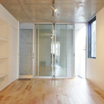【LD】正面は玄関です!※写真は2階同間取り別部屋のものです