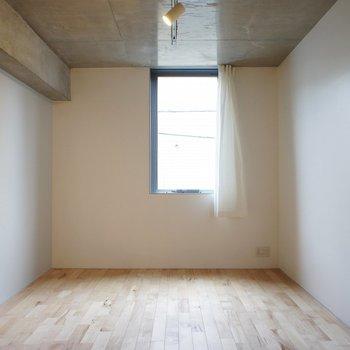 【洋室】こっちは寝室、明るすぎなくていい感じ。※写真は2階同間取り別部屋のものです