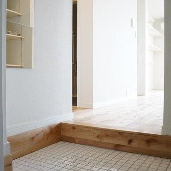 玄関は広々でミラー付き!白タイルが素敵なんです