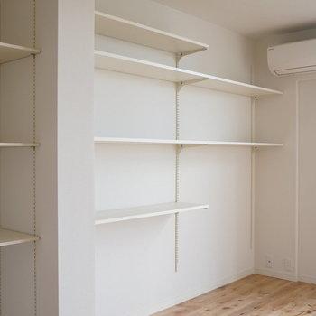 工事中】可動式の棚がずらっっと設置されてます!