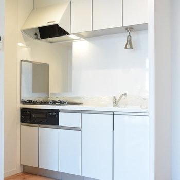 3口コンロが嬉しい人造大理石のキッチン!