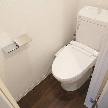 トイレ上にも収納棚付き※写真は1階の反転間取り別部屋のものです