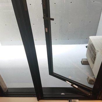 地下テラス。出ようと思えば出られます。※写真は1階の反転間取り別部屋のものです