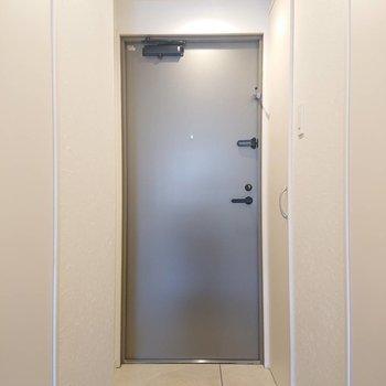 玄関は段差なくフラット※写真は2階の同間取り別部屋のものです