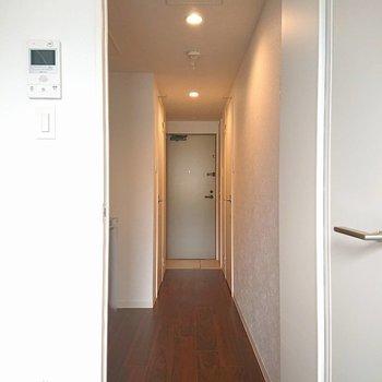 廊下はすっと長いです※写真は2階の同間取り別部屋のものです