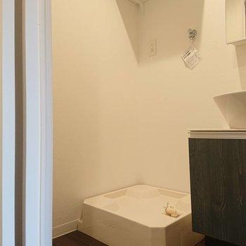こちらも上に収納棚ありますね※写真は2階の同間取り別部屋のものです