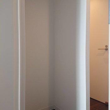 後ろに冷蔵庫置場があります※写真は2階の同間取り別部屋のものです